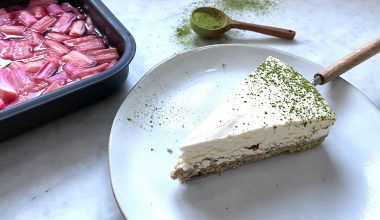 8-rhubarb-cheesecake-sprinkled-with-matcha-and-rhubarb-in-tray