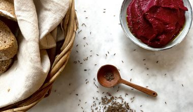7-beetroot-hummus-served-with-bread